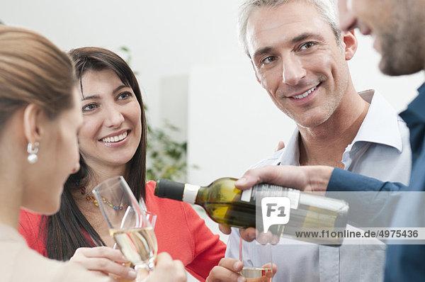 Freunde feiern zusammen mit Wein