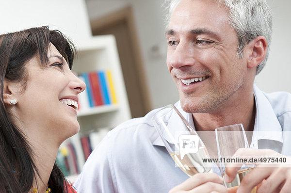 Glückliches Paar Toast Weingläser