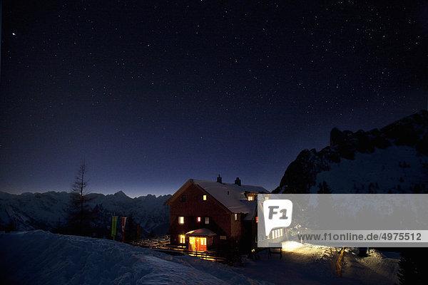 Berghütte bei Nacht