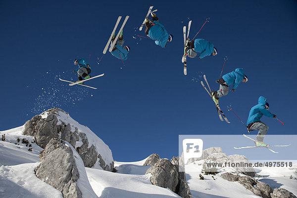 Skifahrer beim gefährlichen Freeride-Sprung