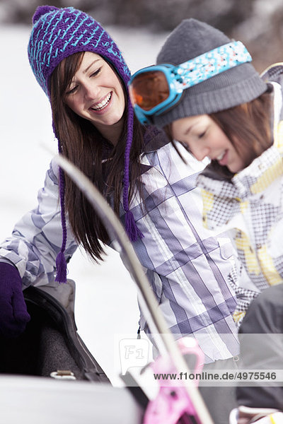 Jugendlicher  Snowboard  Auto  Mädchen