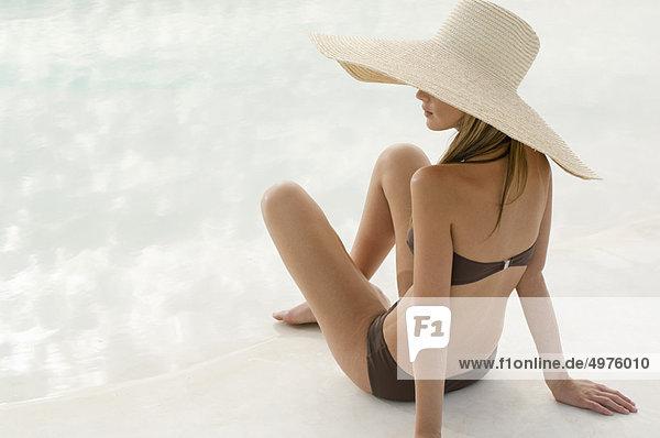 Frau im Badeanzug und großer Hut