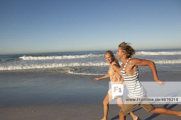 Junge - Person  rennen  Mädchen