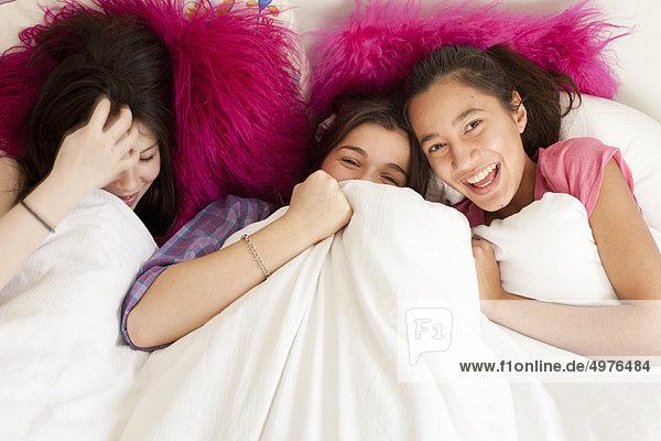 Teenagermädchen haben Spaß im Bett