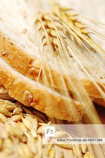Weizen Ohren auf Scheiben Brot
