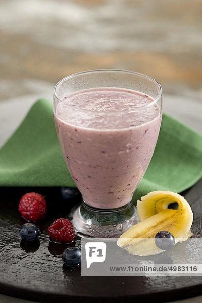 Banane und wilde Erdbeeren milkshake