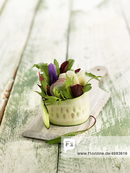 Zucchini  Feldsalat  Rettich und Stiefmütterchen Tapa