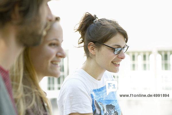 Drei Studentin auf dem Campus