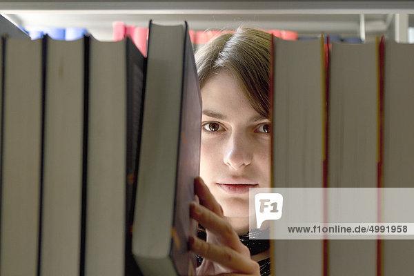 Studentin in der Universitätsbibliothek Studentin in der Universitätsbibliothek
