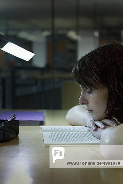 Studentin in der Bibliothek