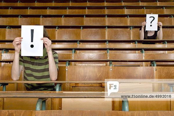Zwei Studenten im Hörsaal