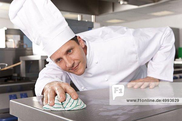 Kuchenchefs Reinigen Arbeitsflache In Der Grosskuche 30454 Juice