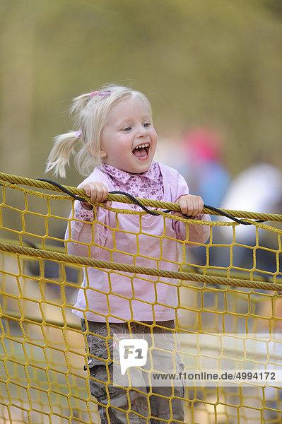 Fröhliches Mädchen auf dem Spielplatz Fröhliches Mädchen auf dem Spielplatz