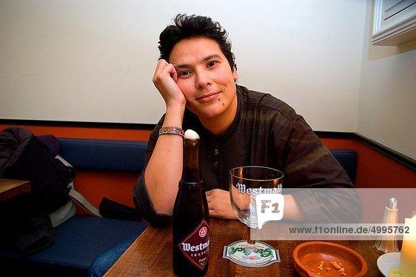 Frau  Cafe  jung  Bier