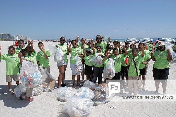 Jugendlicher  schmutzig  schwarz  Student  verteilen  aufräumen  Mädchen  Florida  Miami Beach  Freiwilliger