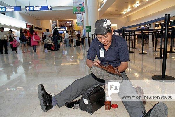Mann  Beruf  Hispanier  Mexiko  Dienstleistungssektor  sitzend  Cancun  Wartehalle  Quintana Roo