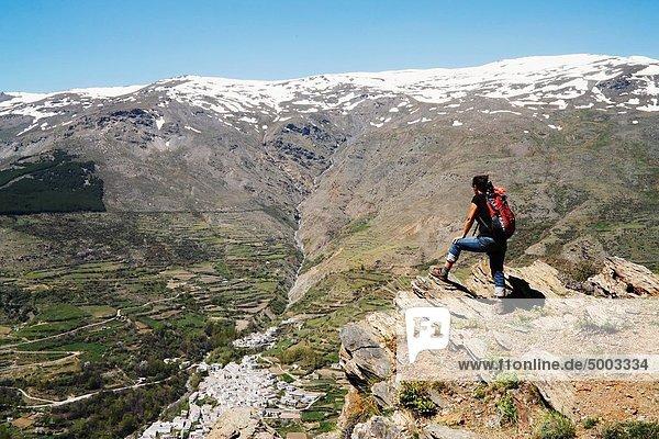 entfernt  Berg  über  Dorf  wandern  Nevada  Andalusien  Schnee  Spanien