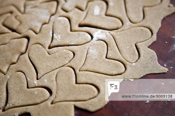 Herzförmige Kekse im Teig