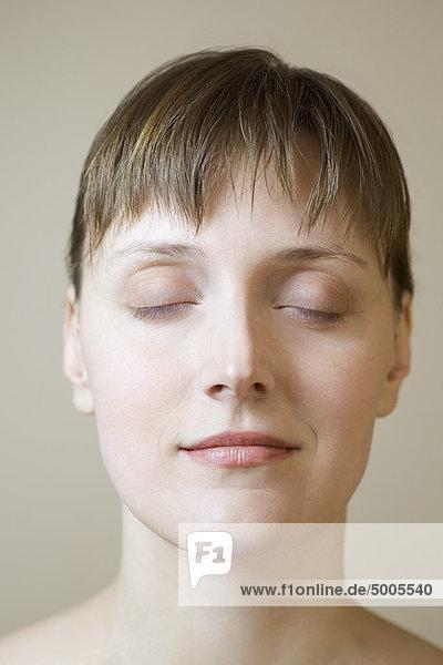 Eine Frau mit geschlossenen Augen  Nahaufnahme