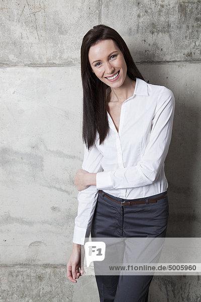 Eine lächelnde Geschäftsfrau