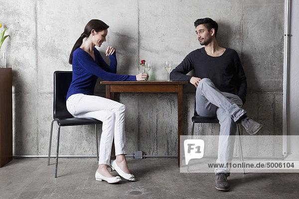 Ein Paar  das ein Glas Wein in einem Restaurant genießt.