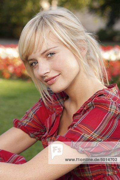 Junge blonde Frau im Freien  Portrait
