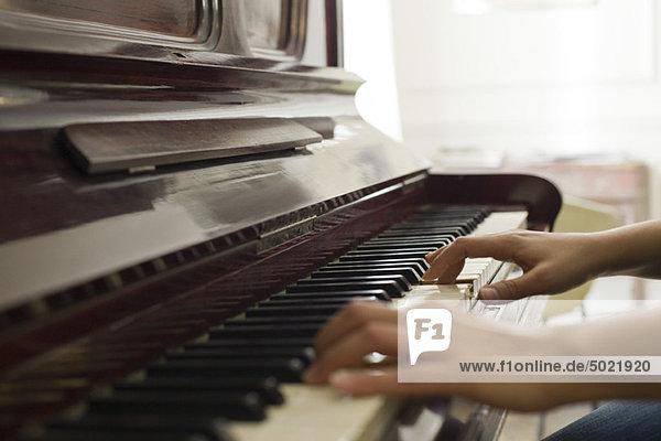Frauenhände beim Klavierspielen