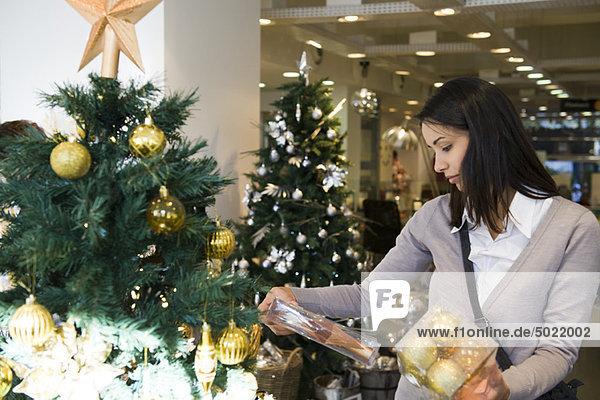 Frau Einkaufen für Weihnachtsschmuck Frau Einkaufen für Weihnachtsschmuck