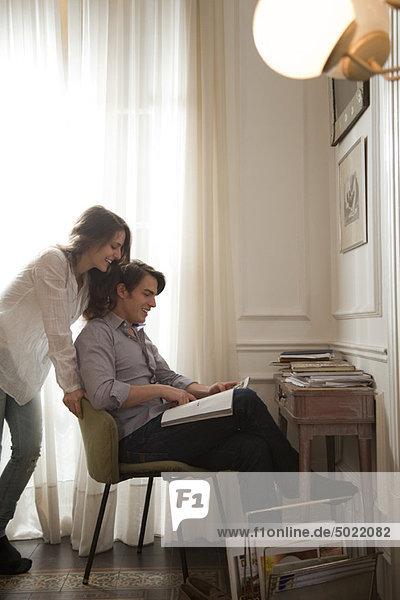 Paar schaut sich gemeinsam das Magazin an