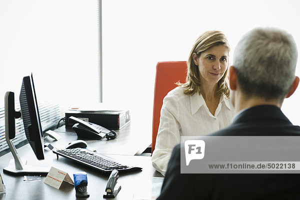 Treffen der Geschäftsfrau mit dem Kunden im Büro