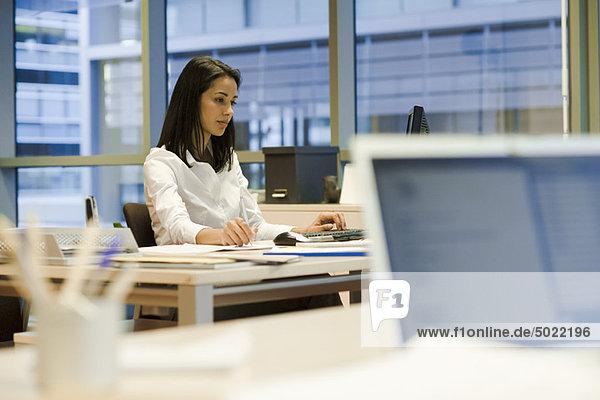 Frau  die im Büro arbeitet
