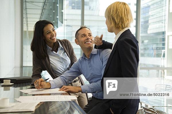 Kollegen  die fröhlich reden