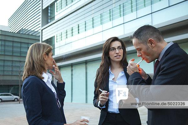 Kollegen beim Rauchen im Freien