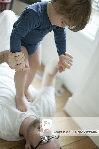 Vater spielt mit Kleinkind Junge
