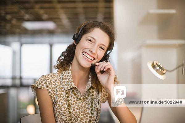 Lächelnde Frau mit Headset