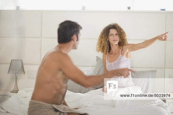 Paar streitet sich im Schlafzimmer