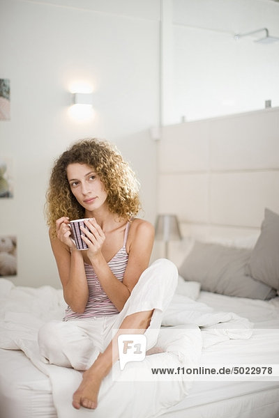 Frau beim Kaffee im Bett