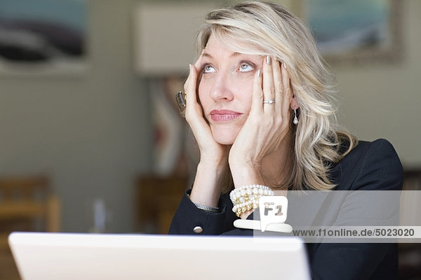 Frustrierte Geschäftsfrau mit Laptop