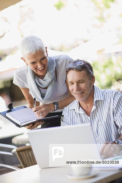 Außenaufnahme  benutzen  Mensch  Notebook  Menschen  Business  freie Natur