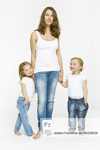Mutter und Kinder beim Händchenhalten
