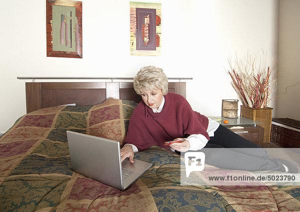 benutzen  Frau  Notebook  Bett  alt