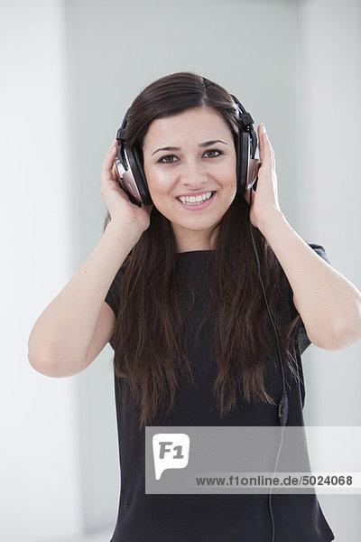 Frau  zuhören  Kopfhörer