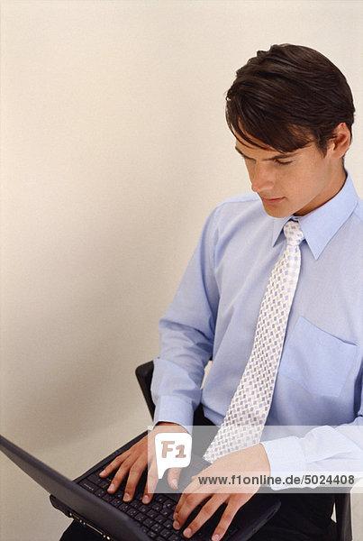 benutzen  Notebook  Geschäftsmann  Stuhl  Büro