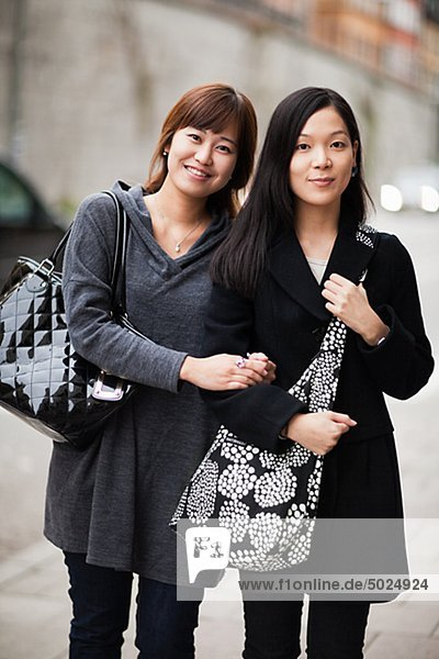 Zwei junge Frauen auf Straße