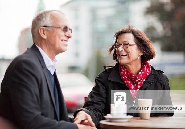 reifes Paar sitzen im Cafe  lächelnd