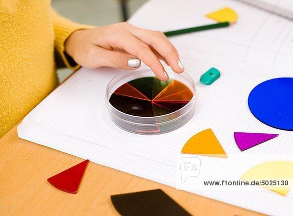 Mädchen tun Artwork auf Papier