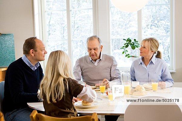 Familie sitzend Tisch essen Frühstück