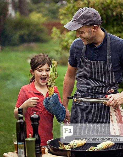 Vater und Tochter Vorbereitung barbecue