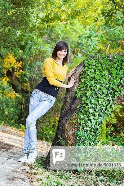 Attraktivität  Frau  Fröhlichkeit  Pose  Baum  groß  großes  großer  große  großen  jung