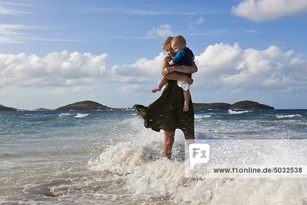 Mutter mit Sohn am Strand